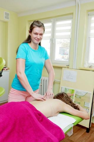 Masażystka wykonująca masaż Lomi Lomi Nui